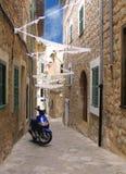 Smalle stedelijke straat die voor gemeentelijke holida wordt verfraaid Stock Fotografie