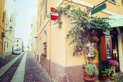 Smalle steeg in de oude stad van Alghero Royalty-vrije Stock Foto's