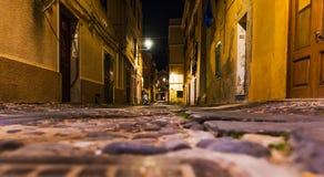 Smalle steeg in oude die stad Alghero van de grond wordt gezien Stock Fotografie