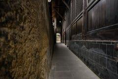 Smalle steeg tussen aarden muur en oud Chinees herenhuis stock fotografie