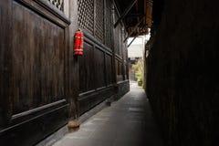 Smalle steeg tussen aarden muur en verouderd Chinees herenhuis royalty-vrije stock afbeelding