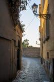 Smalle steenachtige straat in Sorrento Stock Fotografie