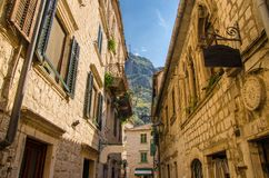 Smalle steenstraten van oude stad Kotor, Montenegro stock foto's