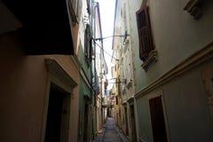Smalle straat in backstreets van Piran stock fotografie
