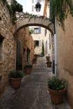 Smalle straat in de middeleeuwse stad Stock Foto's