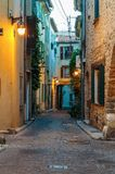 Smalle straat in de oude stad Antibes in Frankrijk stock foto's