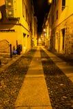 Smalle straat in de oude stad van Alghero Stock Afbeeldingen