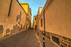 Smalle straat in de oude stad van Alghero Stock Foto's