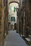 Smalle straat in een stad van Toscanië Royalty-vrije Stock Afbeeldingen