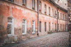 Smalle straat en gebouwen in oude stad, Vilnius, Litouwen stock foto's
