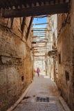 Smalle Straat in Fez Medina in Marokko Stock Afbeeldingen