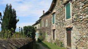 Smalle straat in het dorp Yvoire, Frankrijk Stock Afbeelding