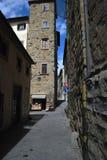 Smalle straat in het historische centrum van Arezzo Italië stock foto