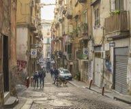 Smalle straat in het historische centrum van Napels, Italië Stock Afbeeldingen