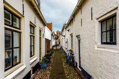 Smalle straat in het historische dorp van Elburg Stock Foto's