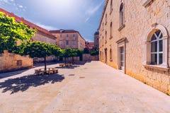 Smalle straat in historische stad Trogir, Kroatië De Bestemming van de reis Smalle oude straat in Trogir-stad, Kroatië De stegen  royalty-vrije stock afbeelding
