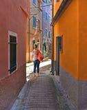 Smalle straat met eenzame persoon en kleurrijke oude gebouwen in oud klein dorp Montemarcello in Ligurië, Italië royalty-vrije stock foto's