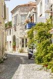 Smalle straat met sone oude huizen Stock Afbeeldingen