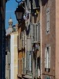 Smalle straat met venstersblind Royalty-vrije Stock Afbeelding