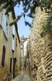 Smalle straat naar Gordes-Kasteel in Luberon, Frankrijk Royalty-vrije Stock Foto's