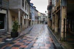 Smalle straat onder oude gebouwen Stock Foto's