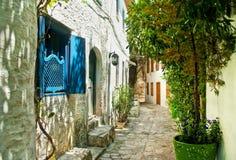 Smalle straat in oude Europese stad op zonnige dag Royalty-vrije Stock Fotografie