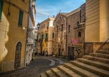 Smalle straat in oude stad Alghero Royalty-vrije Stock Fotografie