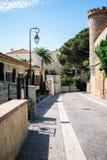 Smalle straat in oude stad, Cannes, Frankrijk stock foto