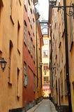 Smalle straat in oude stad van Stockholm Stock Foto