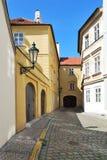 Smalle straat in Praag royalty-vrije stock fotografie