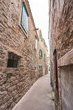 Smalle straat in stad Vodice stock foto's