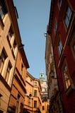 Smalle straat in stadscentrum, Stockholm, Zweden Stock Afbeelding