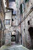 Smalle straat tussen gebouwen (Siena. Toscanië, Italië) Stock Foto