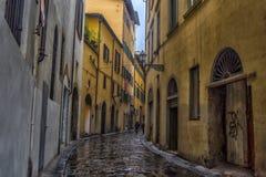 Smalle straat van Florence in de regen stock fotografie