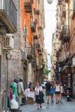 Smalle straat van Napels, gewone mensen Stock Foto's