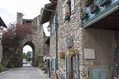 Smalle straatlood door een poort Stock Afbeeldingen