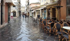 Smalle straten en stegen in Kerkyra, het eiland van Korfu, Griekenland royalty-vrije stock foto