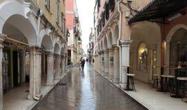 Smalle straten en stegen in Kerkyra, het eiland van Korfu, Griekenland stock afbeelding
