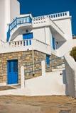 Smalle straten en witte huizen van Skopelos-stad bij de zomerochtend, Eiland Skopelos stock afbeelding