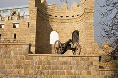 Smalle straten van de oude stad, de oude gebouwen en de muren Baku, Azerbeidzjan anicient kanon royalty-vrije stock foto