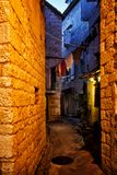 Smalle straten van mediterrane stad Trogir bij nacht Kroatië royalty-vrije stock fotografie
