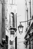 Smalle Venetiaanse straat, traditionele Italiaanse architectuur Venetië, Italië, Europa Zwart-wit beeld royalty-vrije stock afbeeldingen