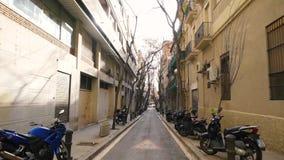 Smalle voet Griekse straat tussen oude gebouwen in de stad van Lefkada, Griekenland voorraad Smalle straat tussen huizen met stock footage