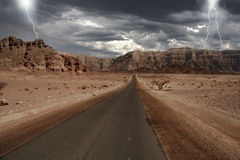 Smalle weg door de woestijn in Israël. Stock Afbeelding