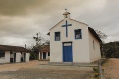 Smalll-Dorfkirche an einem bewölkten Tag Stockbild