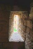 Smalt fönster i passagen på det Golovina tornet i fästningen Oreshek nära Shlisselburg, Ryssland Royaltyfria Foton