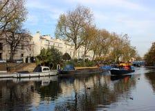 Smalt fartyg som lämnar regents kanal, lilla Venedig Arkivfoto