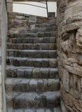 Smalt stena trappuppgången av gammal kullersten upp in i okändan fotografering för bildbyråer