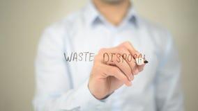 Smaltimento dei rifiuti, scrittura dell'uomo sullo schermo trasparente Immagini Stock Libere da Diritti