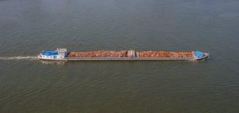 Smaltimento dei rifiuti sulla nave da carico Barca e ferraglia Fotografie Stock Libere da Diritti